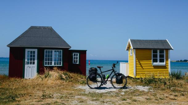 Bike in front of beach huts on Ærø, N8 route